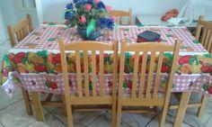 Mesa com 6 cadeiras em madeira marfim.