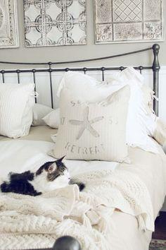 Heerlijke slaapplek in rustige kleuren. De kat maakt het plaatje compleet.