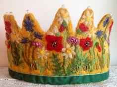 Kornblumen, Mohn, Feld Grindkraut und Gänseblümchen verziert diese schöne Krone.  Inspiriert von einem Projekt beteiligt sind, habe ich mit städtischen