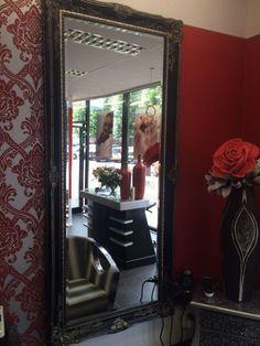 Een zwarte barok spiegel boven een dressoir formaat for Spiegel boven dressoir