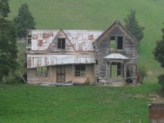 Old house, Wai-iti, Nelson, New Zealand Abandoned Farm Houses, Old Farm Houses, Abandoned Mansions, Old Buildings, Abandoned Buildings, Abandoned Places, Derelict House, Nz History, Hawaii Pictures