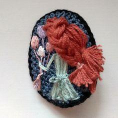 Háčkovaná brož pro malé parádnice Crochet Dolls, Winter Hats, Beanie, Beanies, Beret