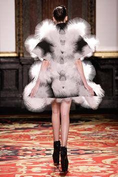 Amsterdam based fashion designer Iris van Herpen recently debuted her fourth collection in Paris as a guest of the Chambre syndicale de la Haute Couture. Punk Fashion, High Fashion, Structured Fashion, Iris Van Herpen, Origami Fashion, Crazy Outfits, Fashion Details, Fashion Design, Jumpsuit Pattern