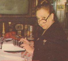 Hürriyet gazetesindeki köşesi için daktilosunun başına geçen Adile Naşit...1982