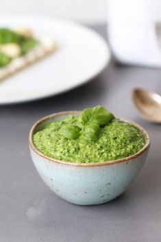 Spinach pesto with cashew - Beaufood - Spinach pesto without cheese Pesto without pine nuts Lactose-free pesto Spinach pesto with cashew, - Vegan Pesto Pasta, Paleo Pesto, Pesto Spinach, Pesto Recipe, Vegan Dinners, Lunches And Dinners, Cashew Dip, Healthy Baking, Diy Food