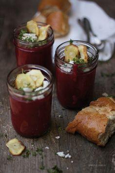 Rote Bete-Suppe mit Ziegenkäse, Kresse und Pastinaken-Chips – Dreierlei Liebelei