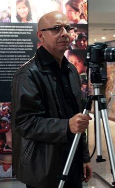 """Carlos Germán Rojas. En 1978 se inicia en la fotografía como ayudante de los reporteros gráficos Héctor Rondón y Thimo Rodríguez. En 1978 expone por primera vez como fotógrafo en la colectiva """"Octubre libre"""".  Desde 1979 hasta 1989, trabajó como fotógrafo de la GAN. En 1981, obtiene el Segundo Premio de Fotografía Conac  por sus Imágenes de La Ceibita.  Carlos Rojas se dedicó a """"registrar su barrio y poner en evidencia para nosotros (...) la marginalidad caraqueña"""" (Perna, 1984)"""