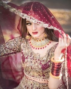 Awesome New Bridal Photoshoot of Hira Mani Pakistani Bridal Makeup, Bridal Mehndi Dresses, Pakistani Wedding Outfits, Indian Bridal Outfits, Bridal Dress Design, Pakistani Wedding Dresses, Bridal Lehenga, Tattoo Mama, Hira Mani