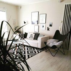 Taulut, graafiset kuosit tekstiileissä ja yleinen rento tunnelma antavat kodikkuutta mustavalkoiseenkin sisustukseen
