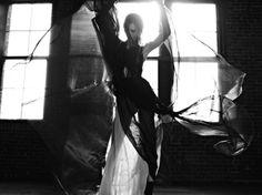 Karlie Kloss by Hedi Slimane forVogue Japan. Hedi Slimane is een franse modeontwerper. Hij was creative director voor Dior mannen en nu voor Saint Laurent.  In zijn foto's gebruikt hij vaak beweging en een rauwe sfeer. Mooie en inspirerende beelden.