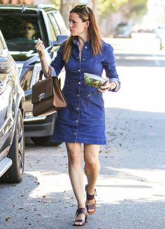 Not sure what to wear this week? Here, 5 of our favorite celebrities bring you the perfect office workwear outfits. What Should I Wear, What To Wear, Jennifer Garner Style, Jeans Dress, Shirt Dress, Inspirational Celebrities, Soft Classic, Dress Codes, Get Dressed
