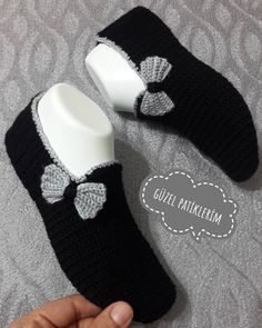 Photos and Videos - Her Crochet Crochet Slipper Pattern, Knitted Slippers, Crochet Slippers, Knitting Socks, Baby Knitting, Crochet Stitches, Knit Crochet, Knitted Headband, Crochet For Kids