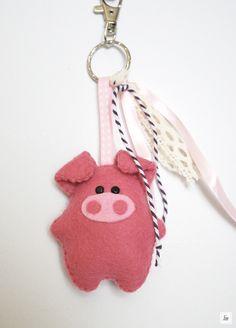 Porte clés Cochon Rose en feutrine et ses rubans : Porte clés par jiie