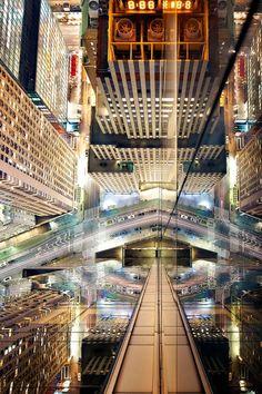 A fotógrafa nova-iorquina Donna Dotan registrou os reflexos dos arranha-céus de Manhattan em sua série Reflexions from Above, as imagens foram feitas do alto dos edifícios, as fachadas espelhadas refletindo os outros prédios, ruas e calçadas criaram um interessante efeito caleidoscópico.