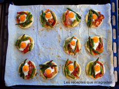 Mini cocas de jamón, espárragos y huevos de codorniz Si no tienes mucha maña en la cocina con estas cocas vas a quedar c...