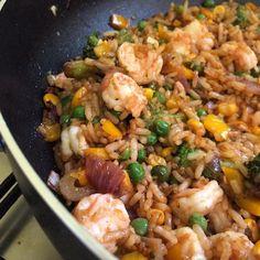 Receita pra fazer em 15 minutos: arroz frito com camarão e legumes