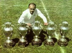 Alfredo Di Stefano (Real Madrid) posing with the 5 consecutive European Cups he won as a player with Real Madrid between Football Icon, World Football, Football Soccer, Retro Football, Vintage Football, Real Madrid History, Real Madrid Highlights, Diego Armando, The Special One
