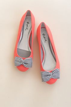 Zapatos de mujer - Womens shoes - Bow to Stern Flat-Bright Coral flats Cute Flats, Cute Shoes, Me Too Shoes, Coral Flats, Bow Flats, Bow Shoes, Striped Flats, Orange Flats, Dress Shoes