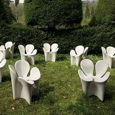 La sedia Clover di Driade, è un monoblocco dalla forma volutamente astratta e ispirata ad un fiore immaginario, composto da quattro petali. Immediata l'associazione al quadrifoglio, da sempre simbolo di fortuna.