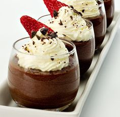 Mousse de Chocolate Receta - this looks really good , i wish i could just grab it right out of the screen and eat it! Mini Desserts, Sweet Desserts, Just Desserts, Sweet Recipes, Dessert Recipes, Decadent Chocolate, Chocolate Desserts, Chocolate Moose, Homemade Chocolate