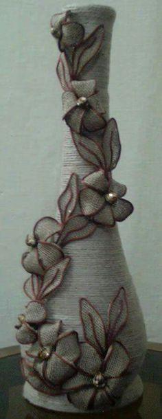 Jute flower pot making ((burlap-love))i would use white flowers to brighten iflores arpillera Wine Bottle Art, Diy Bottle, Wine Bottle Crafts, Mason Jar Crafts, Jute Flowers, Fabric Flowers, Paper Flowers, Burlap Crafts, Diy Crafts