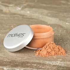 Motives for La La Mineral Bronzing Shimmer Powder provides the perfect hint of sparkle and summery glow without taking away from your natural skin tone.
