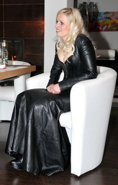 lady sitting in long sexy leather skirt Long Leather Skirt, Leather Corset, Leather Dresses, Black Leather, Leather Boots, Sexy Outfits, Pretty Outfits, Trent Coat, Hobble Skirt