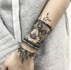 Resultado de imagem para fotos de tatuagem delicada na coxa feminina