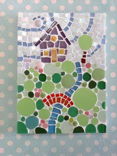 Quadro de Mosaico Casinha na Colina. <br>Design exclusivo, feito pela mosaicista Tainah Neves. <br> <br>Mosaico feito à mão com Pastilhas Cristal, Pastilhas de Porcelana, Pastilhas Especiais Importadas, Pastilhas de Cerâmica, Pastilhas de Vidro e Azulejo. <br> <br> <br>Dimensões: 19 cm x 14 cm, espessura 1,3 cm.