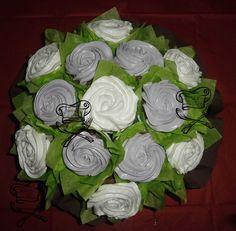 Ramo de rosas blancas y lila, cupcakes