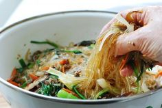 Japchae (Korean stir-fried starch noodles with beef and vegetables) Korean Dishes, Korean Food, Chinese Food, Stir Fry Glass Noodles, Korean Glass Noodles, Japchae Recipe Korean, Asian Recipes, Healthy Recipes, Ethnic Recipes