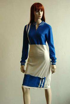 Hiernamaals heeft een kledinglijn van klassieke wielrenshirts vermaakt tot jurkjes. Om de truien te verstellen tot jurken worden stroken van andere stoffen gebruikt. Deze stoffen zijn niet tweedehands maar nieuw. Net zoals de eventuele ritsen, knopen, voeringen en garen. Helemaal 100% gerecycled zijn de truien dus niet maar leuk zijn ze zeke