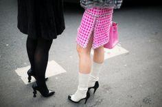 Zapatos de Chanel que conversan ajenas a todo, que intercambian opiniones sobre cómo deben envejecer las cosas legendarias, tan legendarias como ellos mismos.