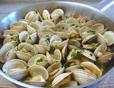 Prepare a special appetizer for your family or friends. Try this typical Portuguese recipe of clams, the lemon juice aroma and the chopped coriander. Clam Recipes, New Recipes, Portugal, Algarve, Good Food, Yummy Food, Portuguese Recipes, Clams, Food Inspiration