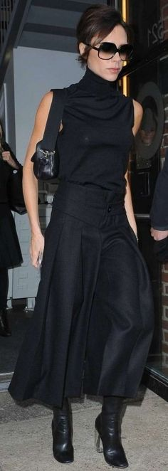 Victoria Beckham continued to be the best brand ambassador for her line in Chelsea, clothed in a sleeveless turtleneck, high-waist culottes, and Dior boots. Daily Fashion, Everyday Fashion, Fashion News, Fashion Outfits, Fashion Trends, Celebrity Outfits, Celebrity Style, Sleeveless Turtleneck Top, Victoria Beckham Style