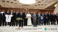Papa Francisco con los jugadores de fútbol por el Partido por la Paz en el III Congreso Mundial de Educación de Scholas