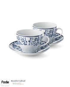 Elegante Set di 2 tazze da colazione capienti e versatili, comprese di piattino, realizzate in porcellana bianca con delicate decorazioni blu, ideali per rilassarsi nei momenti più importanti della giornata.  Capacità: 400ml  Il prezzo si riferisce all'intero set, composto da due tazze colazione e due piattini.
