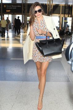 Miranda Kerr Takes a Model-Off-Duty Styling Trick to the Airport - Herren- und Damenmode - Kleidung Estilo Miranda Kerr, Miranda Kerr Outfits, Miranda Kerr Style, Models Off Duty, Fashion Belts, Fashion Models, Fashion Tips, Fashion 2020, Fashion Accessories