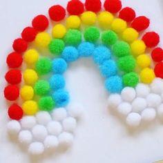 Ein süßes selbstgemachtes Geschenk für den Muttertag. Mini-Pompons als Regenbogen im Bilderrahmen. Die perfekte Muttertagsgeschenkidee.  #muttertag #mothersday #muttertagsidee #geschenkidee #muttertagsgeschenk #diy #regenbogen #pompons #pompoms Art For Kids, Crafts For Kids, Classroom Birthday, Spool Knitting, Origami, Kindergarten, Easy Projects, Ideas Para, Mini