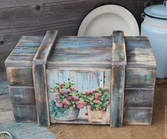 We love the low cost decoration, and we could say that the 3 most used objects in everything decoration with recycled objects, are the wooden pallets,. Rustic Wooden Box, Old Wooden Boxes, Wooden Diy, Wicker Storage Trunk, Wicker Trunk, Recycled Pallets, Wooden Pallets, Decoupage Box, Antique Paint