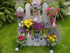 Eine Palette umfunktioniert zum bepflanzbaren Gartenzaun!