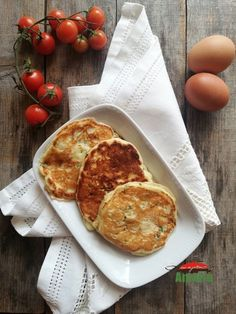Pancakes cu branza sarata si verdeturi Waffles, Pancakes, Crepes, French Toast, Yummy Food, Breakfast, Green, Morning Coffee, Delicious Food