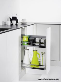 COMFORT II pull-out: small dimensions, extra convenience! With a choice of trays and tray heights, the COMFORT II pull-out adapts easily to the user's requirements. Other benefits: the range of widths, ultra-simple assembly, perfect damping and concealed runners.