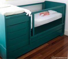 berço verde com gavetas e trocador de bebê com enxoval branco