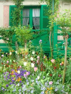Monet's Cottage and Garden, Giverny, FR Claude Monet, Beautiful Landscapes, Beautiful Gardens, Giverny France, Backyard Plan, Public Garden, Water Lilies, Water Garden, Exterior Paint