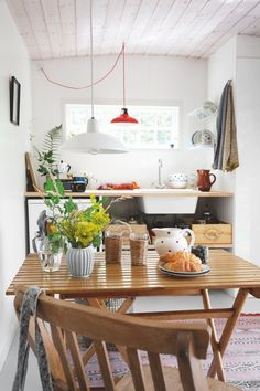A tiny, but dreamy summer cottage - Daily Dream Decor Scandinavian Cottage, Scandi Home, Scandinavian Interiors, Nordic Interior, Scandi Style, Interior Design, Flat Pack Homes, Tiny House Cabin, Cottage Kitchens
