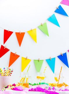 Guirnalda fácil de banderines - Guía de MANUALIDADES Diy Birthday Banner, Rainbow Birthday Party, Colorful Birthday, Rainbow Party Decorations, Diy Birthday Decorations, Felt Banner, Felt Garland, Party Girlande, Christmas Card Crafts