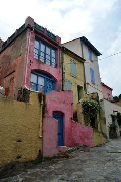 Collioure - tout en haut du village .... they love color here...