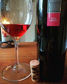 Hvem siger at rosé kun er til sommer? Vores Rosa Grande skaber en masse hygge året rundt :D vininorden.com/shop #rosevin #rosé #hygge #jul #familiehygge #godvin #madogvin #vinter #varme #godsmag #smagning #vinsmagning #kvalitetsvin #italiensk #italienskvin #julehygge #julelys #julekalender #rødvin #hvidvin #syrah #carignano #italy #danmark #vininorden #fb #tw #pin