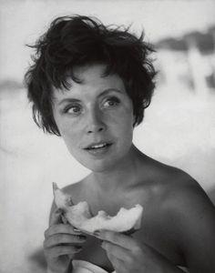 Sonja Ziemann am Strand von Phaleron  F.C. Gundlach  Athen 1955  in: Film und Frau 24/1955